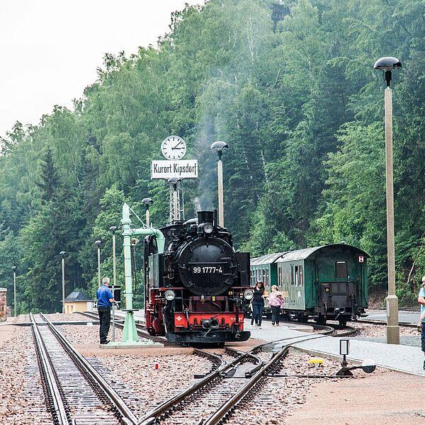 Lokomotive und Fahrgäste im Bahnhof